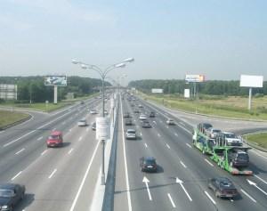 Новорязанское шоссе почти никогда не стоит, движение (как на фото) идет достаточно ритмично. До собственного загородного домика вы сможете добираться без проблем.