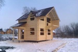 Двухэтажный дом из бревна на свайно-винтовом фундаменте