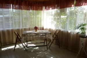 Прекрасный пример обустройства крытой террасы деревянного дома, отличное место для времяпрепровождения