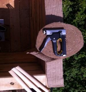 Крепление утеплителя производится строительным степлером с набором скоб