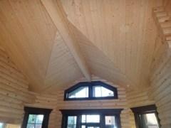 Современное деревянное строение нуждается в дополнительных утеплителях, хотя бревно и так прекрасно держит тепло внутри дома