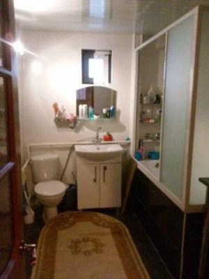Современная ванная комната в деревянном доме