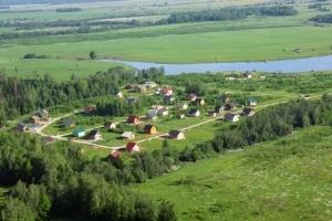 Один из очаровательных поселков вдоль Волоколамского шоссе. Деревянные домики утопают в зелени природы, а рядом небольшая речка, для пикников, катания на байдарках, а также рыбалки.