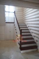 Деревянная лестница на 2 этаж в доме из бревна