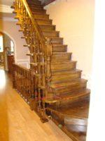Деревянная лестница в трехэтажном частном доме