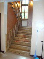 Широкая деревянная лестница на 2 этаж в частном доме